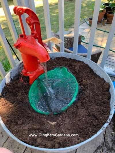 DIY Vintage Pump Fountain and Plantter - Processo - adicionando a bomba vintage