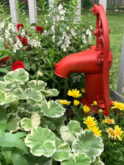 Fonte e plantador da bomba d'água vintage - vista lateral
